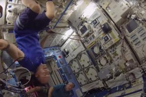 Астронавты сыграли в космический бадминтон в невесомости (видео)