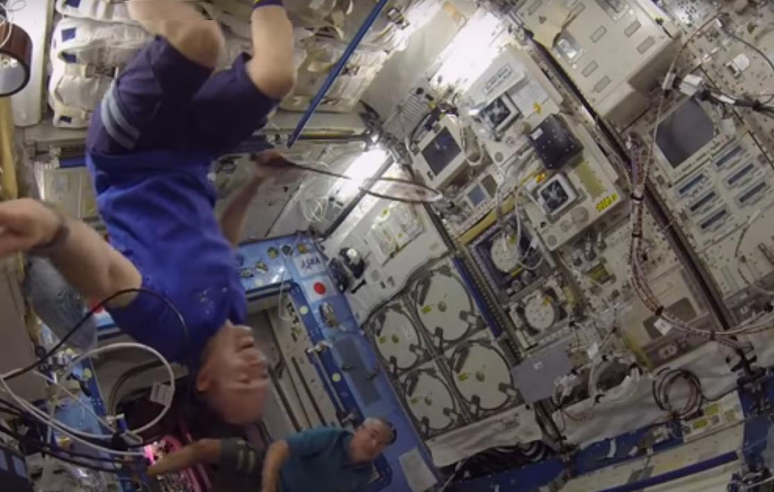 Астронавты сыграли в космический бадминтон в невесомости (видео).Вокруг Света. Украина