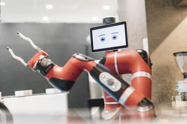 Однорукий робот-бариста готовит кофе в токийском кафе (видео)