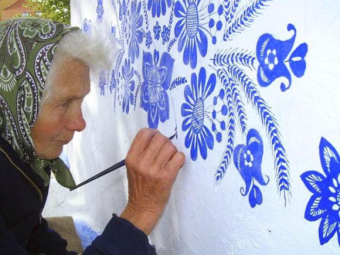 90-летняя бабушка расписала чешскую деревню 90-летняя бабушка расписала чешскую деревню house painting 90 year old grandma agnes kasparkova 12 59d334e47a584  700