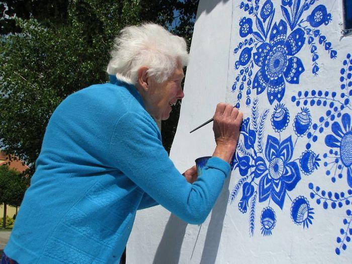 90-летняя бабушка расписала чешскую деревню 90-летняя бабушка расписала чешскую деревню house painting 90 year old grandma agnes kasparkova 32 59d3350ececa0  700