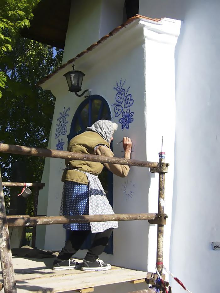 90-летняя бабушка расписала чешскую деревню 90-летняя бабушка расписала чешскую деревню house painting 90 year old grandma agnes kasparkova 59d340d39d675  700
