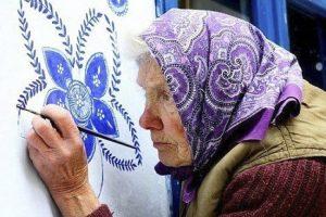 90-летняя бабушка расписала чешскую деревню