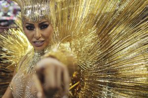 Блеск и перья: на карнавале в Рио соперничают школы самбы (фото)