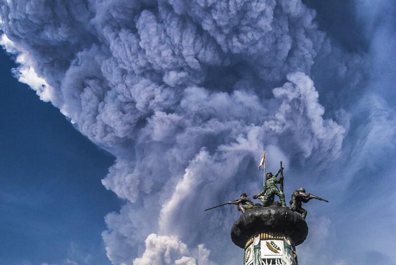 Вулкан Синабунг выбросил столб пепла в тропосферу