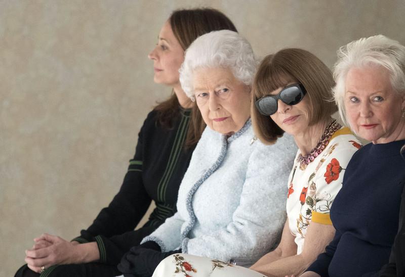 Королева Великобритании впервые побывала на Неделе моды