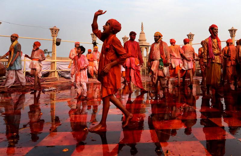 Праздник палок и красок: в Индии отмечают фестиваль Латмар Холи Праздник палок и красок: в Индии отмечают фестиваль Латмар Холи p 54153747