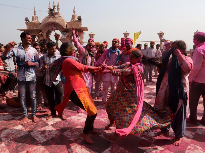 Праздник палок и красок: в Индии отмечают фестиваль Латмар Холи Праздник палок и красок: в Индии отмечают фестиваль Латмар Холи p 54153748