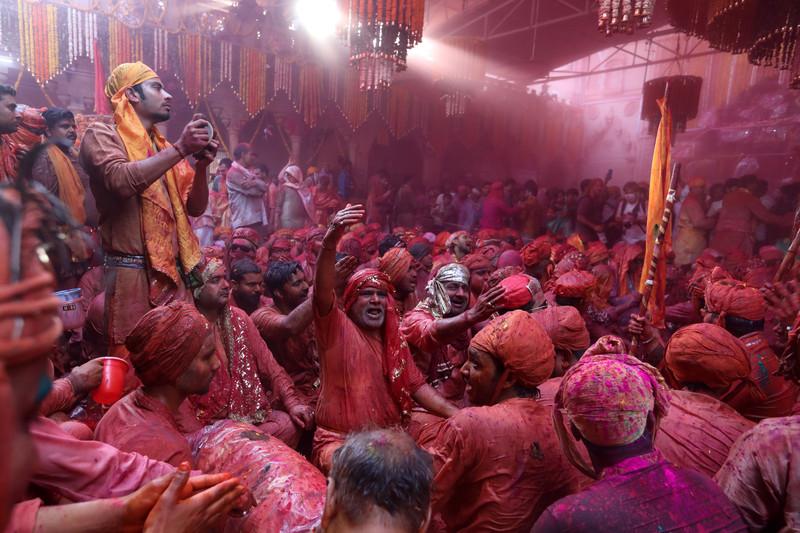 Праздник палок и красок: в Индии отмечают фестиваль Латмар Холи Праздник палок и красок: в Индии отмечают фестиваль Латмар Холи p 54153819