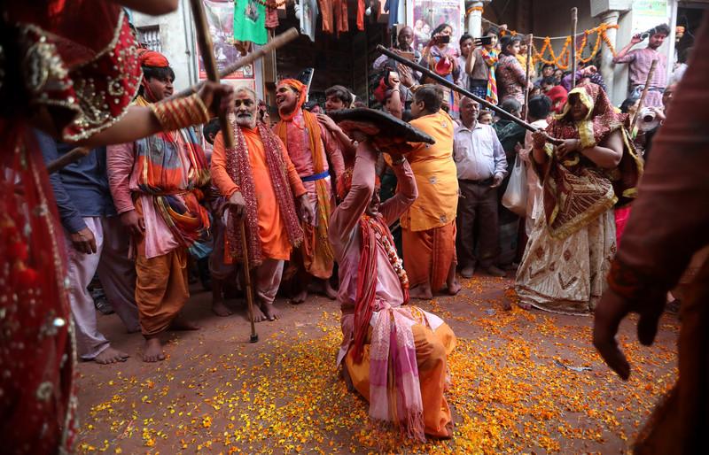 Праздник палок и красок: в Индии отмечают фестиваль Латмар Холи Праздник палок и красок: в Индии отмечают фестиваль Латмар Холи p 54153948 1