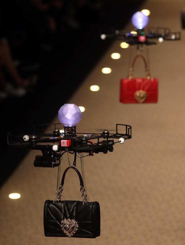 Дольче&Габбана выпустили на подиум в Милане дроны (видео) Дольче&Габбана выпустили на подиум в Милане дроны (видео) p 54157136