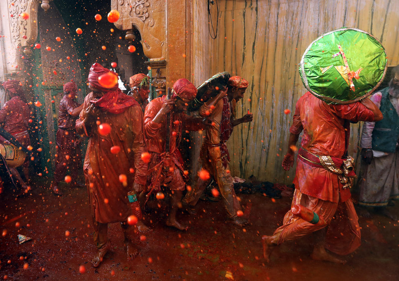 Праздник палок и красок: в Индии отмечают фестиваль Латмар Холи Праздник палок и красок: в Индии отмечают фестиваль Латмар Холи p 54157288