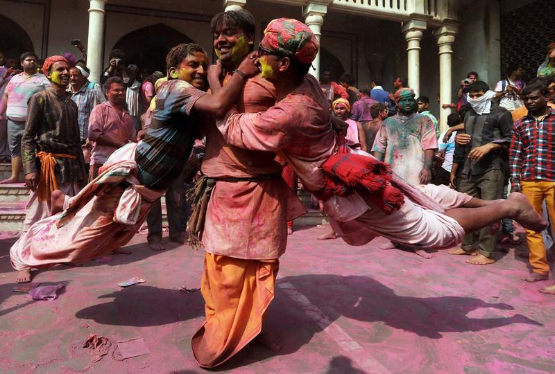Праздник палок и красок: в Индии отмечают фестиваль Латмар Холи Праздник палок и красок: в Индии отмечают фестиваль Латмар Холи p 54157437