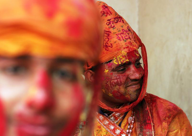 Праздник палок и красок: в Индии отмечают фестиваль Латмар Холи Праздник палок и красок: в Индии отмечают фестиваль Латмар Холи p 54157558