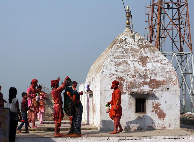 Праздник палок и красок: в Индии отмечают фестиваль Латмар Холи Праздник палок и красок: в Индии отмечают фестиваль Латмар Холи p 54157561
