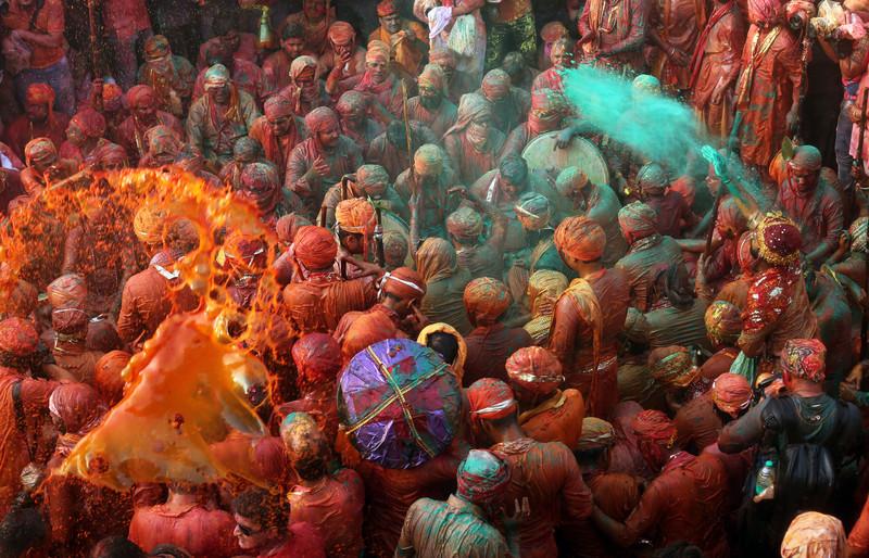 Праздник палок и красок: в Индии отмечают фестиваль Латмар Холи Праздник палок и красок: в Индии отмечают фестиваль Латмар Холи p 54157566