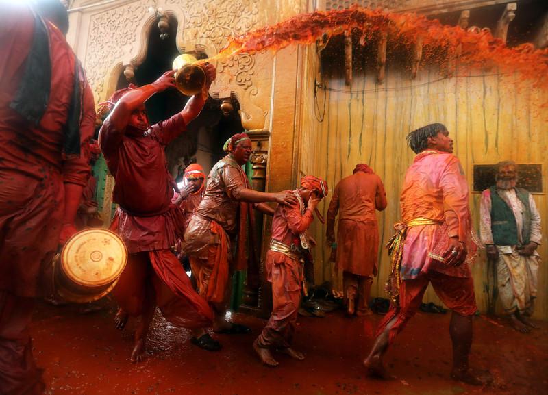 Праздник палок и красок: в Индии отмечают фестиваль Латмар Холи Праздник палок и красок: в Индии отмечают фестиваль Латмар Холи p 54157624