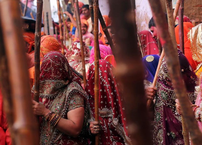 Праздник палок и красок: в Индии отмечают фестиваль Латмар Холи Праздник палок и красок: в Индии отмечают фестиваль Латмар Холи p 54157630