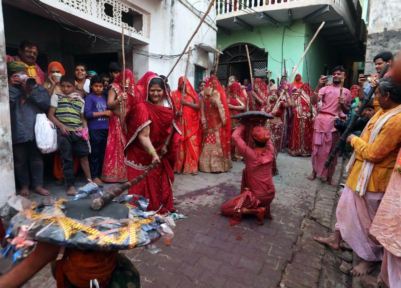 Праздник палок и красок: в Индии отмечают фестиваль Латмар Холи Праздник палок и красок: в Индии отмечают фестиваль Латмар Холи p 54157632