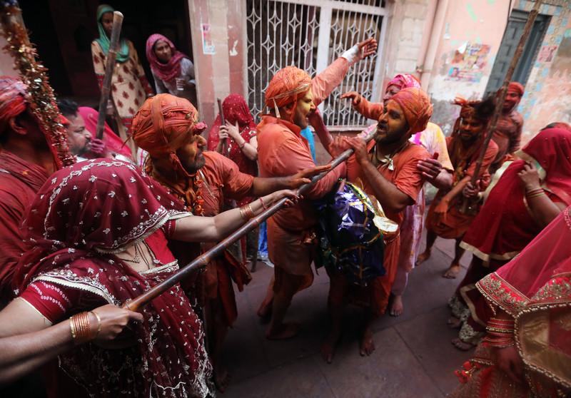 Праздник палок и красок: в Индии отмечают фестиваль Латмар Холи Праздник палок и красок: в Индии отмечают фестиваль Латмар Холи p 54157635