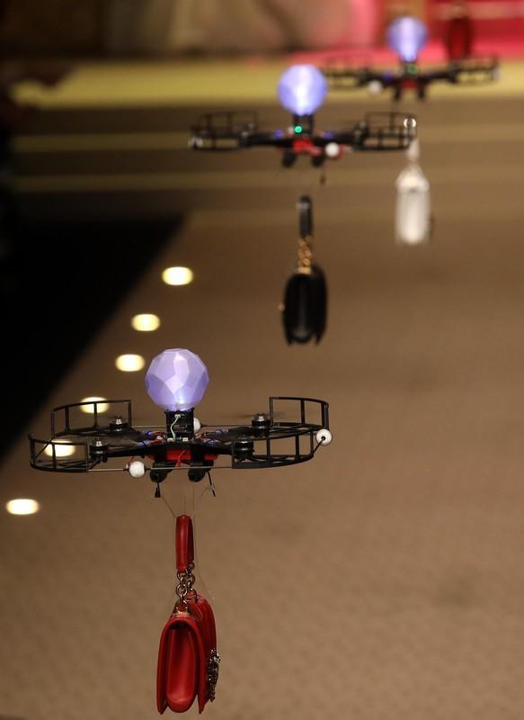Дольче&Габбана выпустили на подиум в Милане дроны (видео) Дольче&Габбана выпустили на подиум в Милане дроны (видео) p 54158007