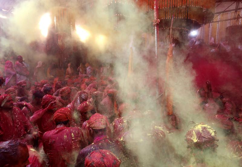 Праздник палок и красок: в Индии отмечают фестиваль Латмар Холи Праздник палок и красок: в Индии отмечают фестиваль Латмар Холи p 54158554