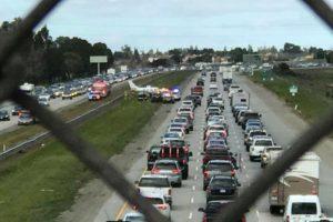 В Калифорнии самолет приземлился на оживленном шоссе