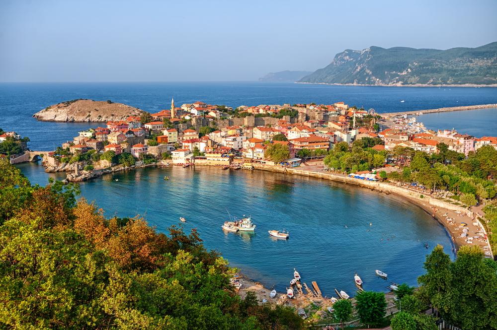 На берег Турции выбросило античные артефакты