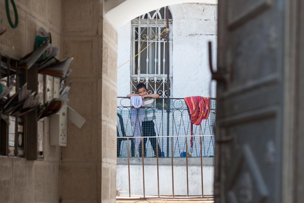 В Египте полицейский поймал упавшего с балкона ребенка