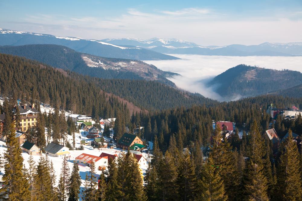 Топ-5 українських курортів, де можна дешево покататись на лижах