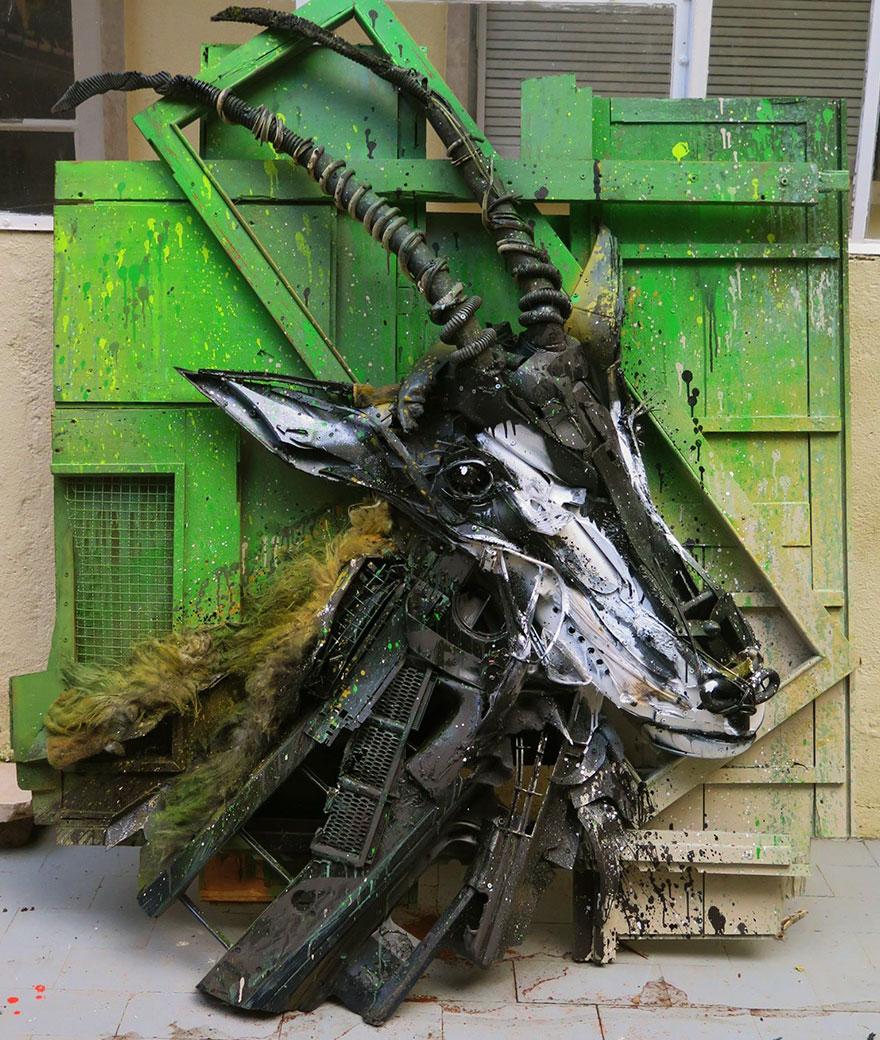 Искусство секонд-хенд: португальский художник создает скульптуры из мусора Искусство секонд-хенд: португальский художник создает скульптуры из мусора trash animal sculpture artur bordalo 30 57ea1bef2b640  880