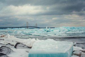 На берег озера в Мичигане выбросило ярко-голубой лед
