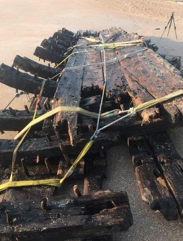 На берег Флориды вынесло часть старинного корабля На берег Флориды вынесло часть старинного корабля 2 30
