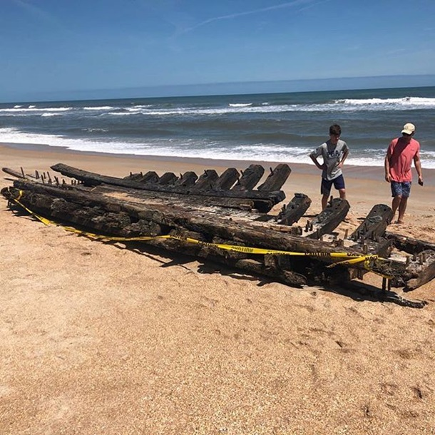 На берег Флориды вынесло часть старинного корабля На берег Флориды вынесло часть старинного корабля 5 22