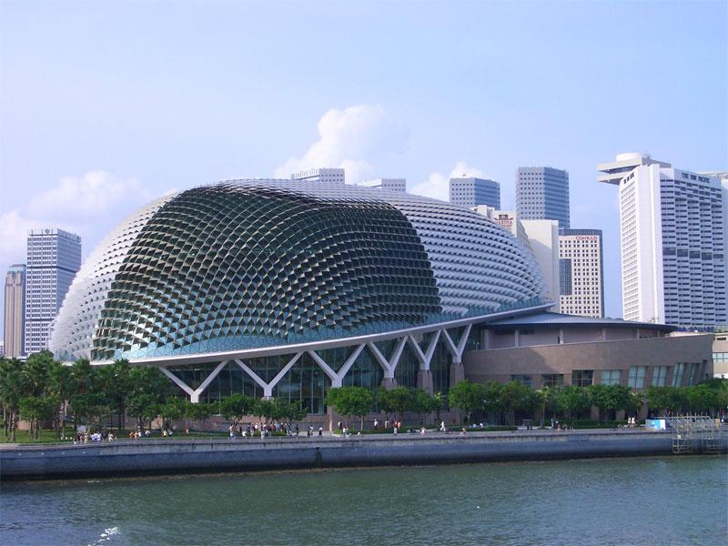 Настоящий кошмар: как чистят крышу в сингапурском театре Эспланада