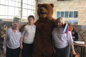 В Бурятии мужчина пришел на выборы в костюме медведя (видео)