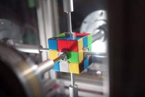 Робот-рекордсмен собирает кубик Рубика