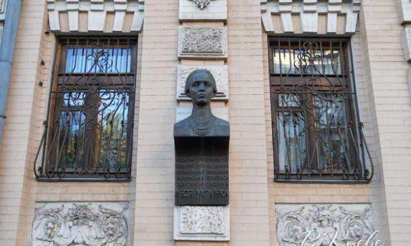 В Киеве похитили бронзовый бюст Леси Украинки