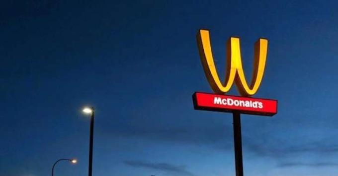 «Макдоналдс» поздравил женщин  перевернутым логотипом