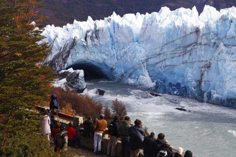 Ледяная арка в Патагонии обрушилась в море (видео)