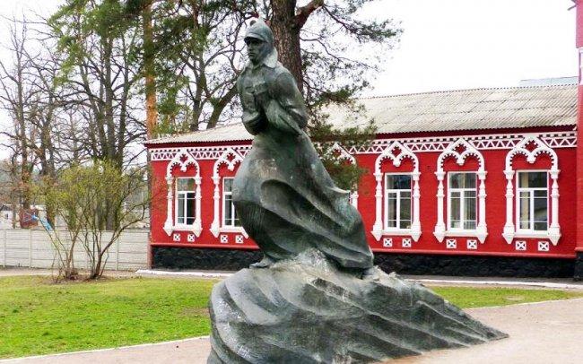 В Киевской области демонтировали памятник образцовому коммунисту