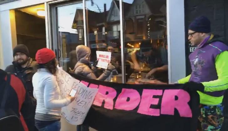 В Торонто ресторатор съел стейк перед веганами