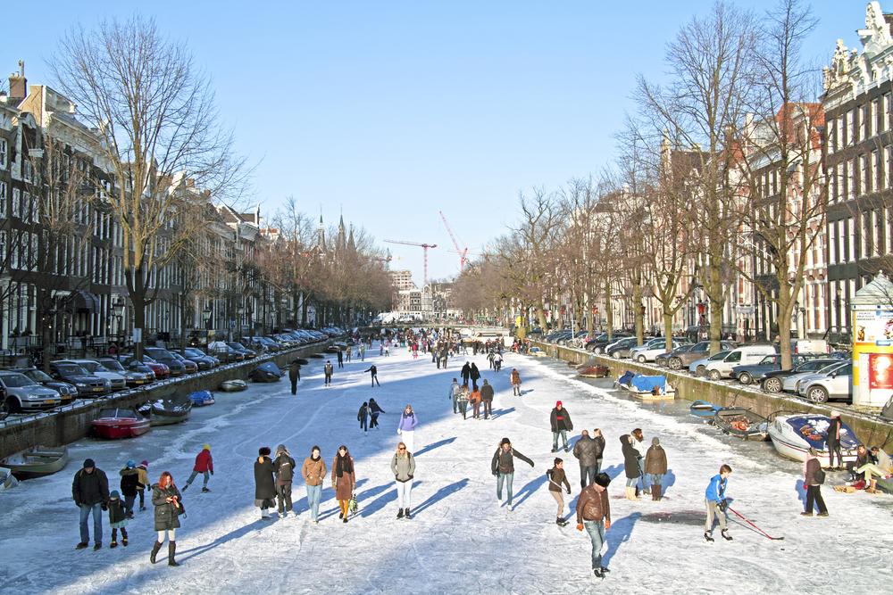 В Амстердаме замерзли каналы: все вышли кататься на коньках
