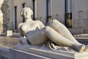 Парижский музей предлагает посетителям раздеться