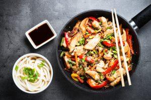 Кухни мира: рецепт японской лапши удон с курицей и вешенками