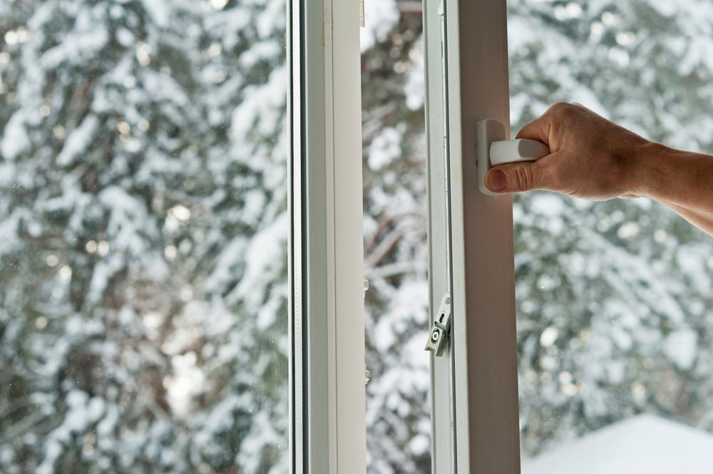 Сахалинцы ныряют в снег из окна многоэтажки