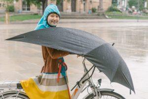 В Германии придумали зонт для велосипедистов