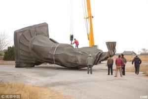 В Китае ветер сдул огромную статую императора