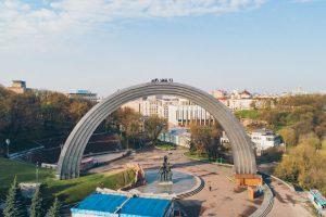 В Киеве экстремалы залезли на Арку Дружбы народов