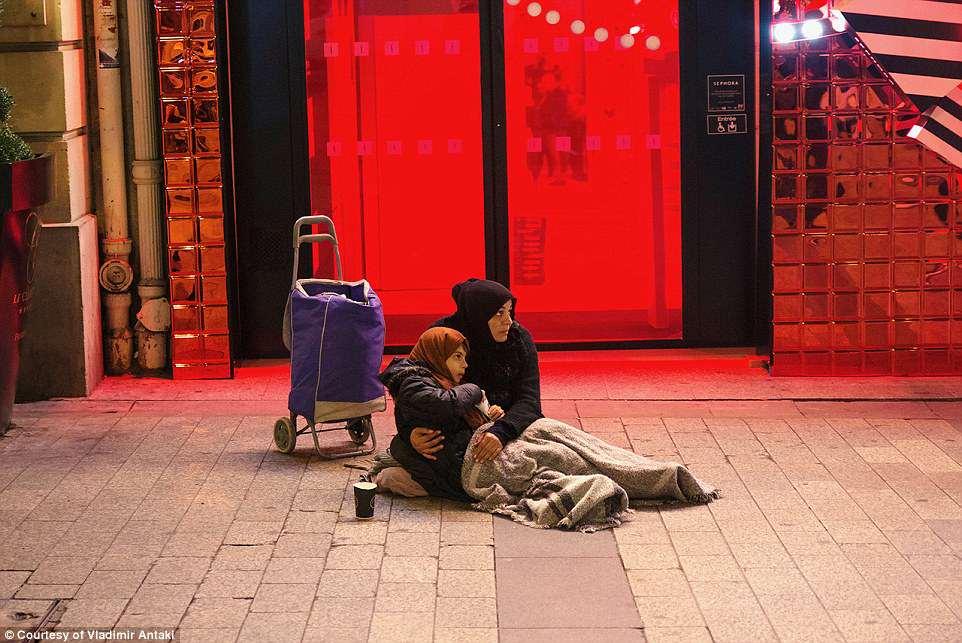 Парижский фотограф снимает трогательные портреты беженцев